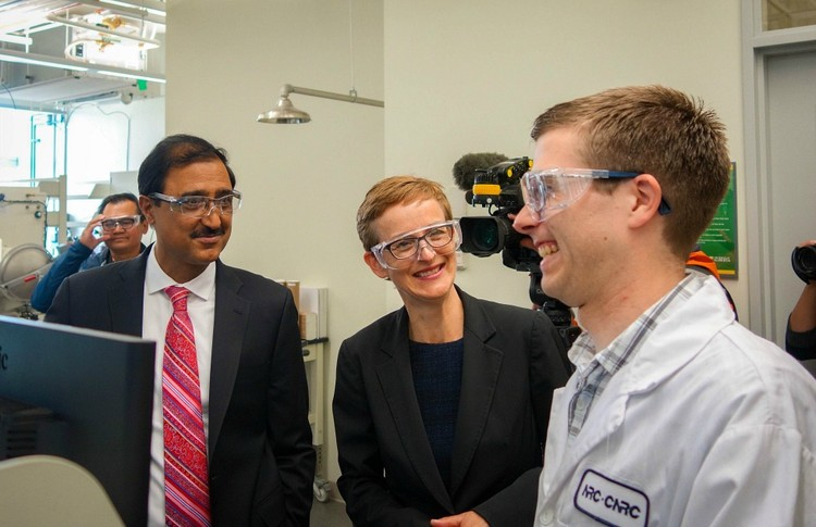 Amarjeet Sohi (left), minister of infrastructure and communities, tours chemistry professor Jillian Buriak's lab after announcing $75 million in federal funding to UAlberta through the Canada First Research Excellence Fund.